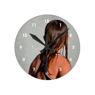 niño con el pelo mojado en fuente reloj redondo mediano