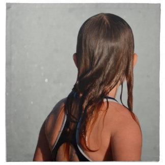 niño con el pelo mojado en fuente servilletas