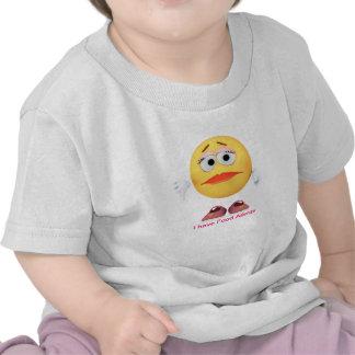 Niño con la camisa de la alergia alimentaria