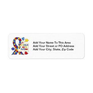 Niño con la cinta de la conciencia del autismo etiqueta de remite