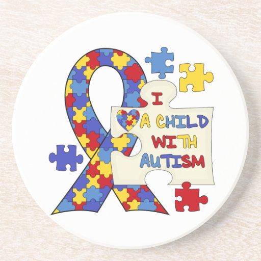 Niño con la cinta de la conciencia del autismo posavasos cerveza