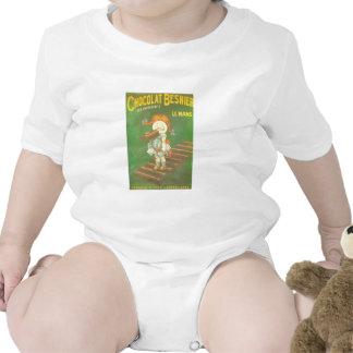Niño con los anuncios franceses grandes del traje de bebé