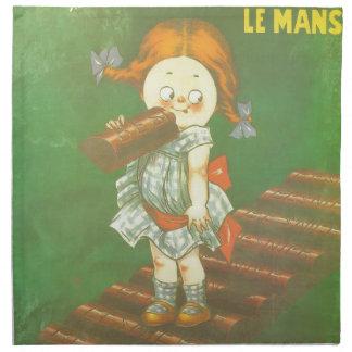 Niño con los anuncios franceses grandes del servilleta de papel