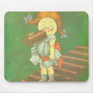 Niño con los anuncios franceses grandes del alfombrilla de ratón