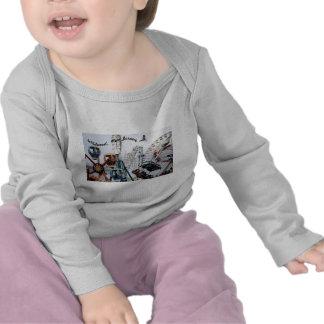 Niño de la camisa de manga larga del texto del Emb