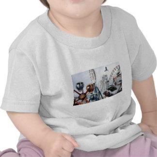 Niño de la camisa del embarcadero de la orilla