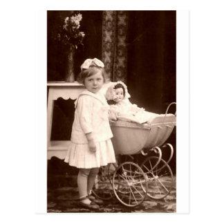 Niño de la fotografía del vintage con el cochecito tarjeta postal