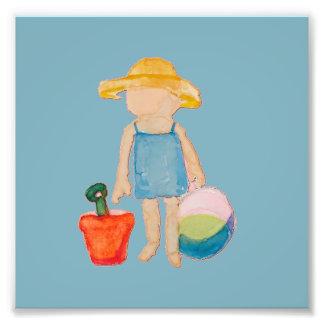 Niño de la niña en azul del cumpleaños de la playa fotografía