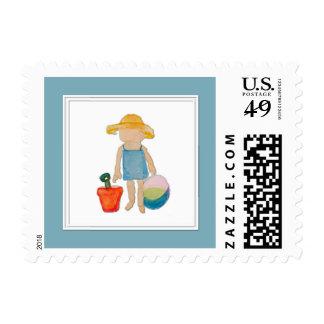 Niño de la niña en azul del cumpleaños de la playa timbres postales