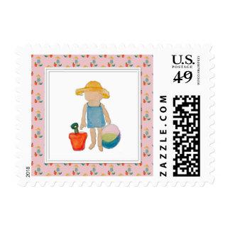 Niño de la niña en rosa del cumpleaños de la playa sello postal