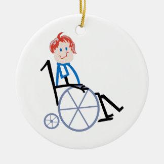 Niño de la silla de ruedas del palillo adorno navideño redondo de cerámica