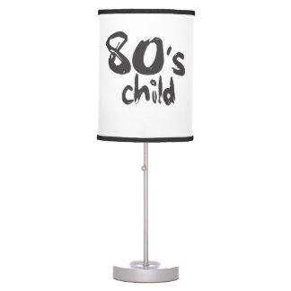 niño de los años 80 en lámpara de mesa negra