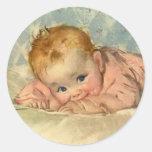 Niño de los niños del vintage, niña linda en la ma pegatinas redondas