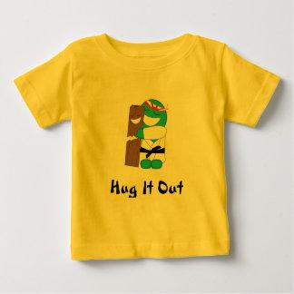 Niño del abrazo del karate playeras