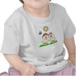 Niño del abrazo del pato y camisa del niño