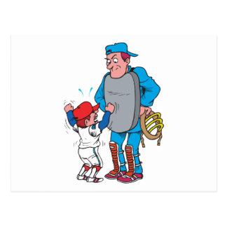 niño del béisbol que discute con el árbitro tarjeta postal