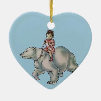 Niño del chica del dibujo animado que monta el adorno navideño de cerámica en forma de corazón