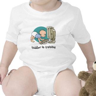 niño del friki en camiseta del entrenamiento o