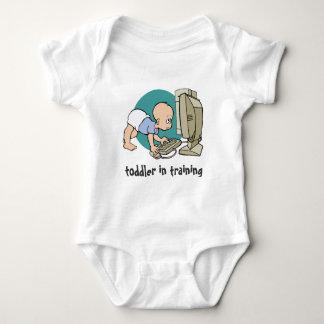 niño del friki en camiseta del entrenamiento o playeras