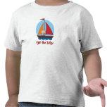 Niño del marinero en una camiseta del yate