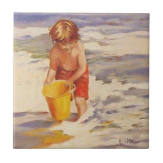 Niño del muchacho de la playa en olas oceánicas azulejo cuadrado pequeño