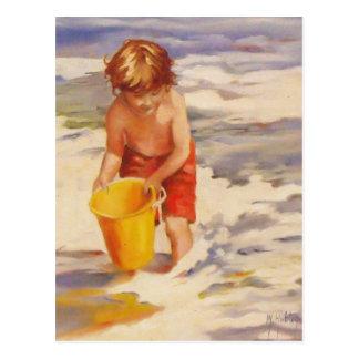Niño del muchacho de la playa en olas oceánicas tarjeta postal