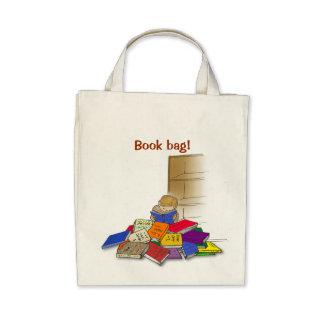 Niño del muchacho rodeado por los libros bolsas de mano
