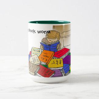 Niño del muchacho rodeado por los libros taza de café de dos colores