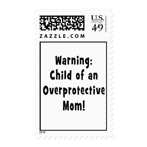 niño del negro sobreprotector de la mamá