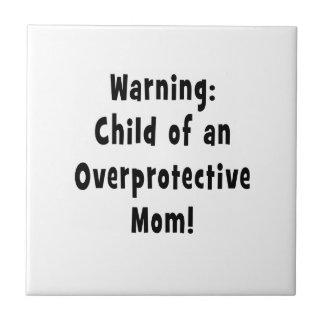 niño del negro sobreprotector de la mamá azulejo cuadrado pequeño