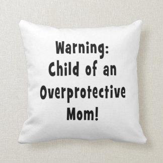 niño del negro sobreprotector de la mamá cojín