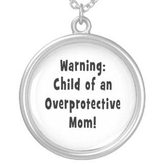 niño del negro sobreprotector de la mamá colgante redondo
