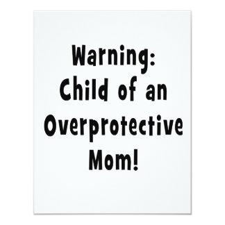 niño del negro sobreprotector de la mamá invitación 10,8 x 13,9 cm