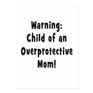 niño del negro sobreprotector de la mamá postales