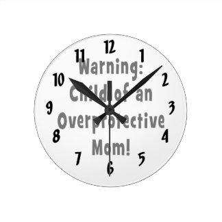 niño del negro sobreprotector de la mamá reloj redondo mediano