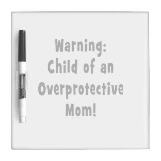 niño del negro sobreprotector de la mamá tableros blancos