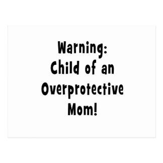 niño del negro sobreprotector de la mamá postal