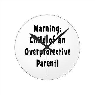 niño del negro sobreprotector del padre reloj redondo mediano