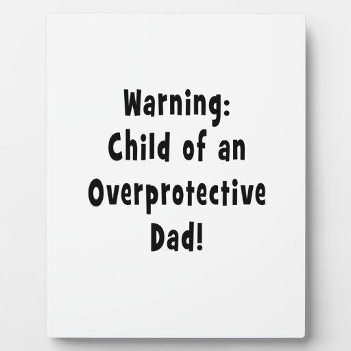 niño del negro sobreprotector del papá placas de madera