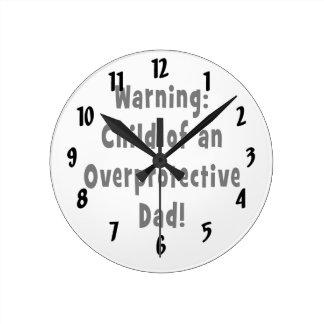 niño del negro sobreprotector del papá reloj redondo mediano