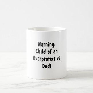 niño del negro sobreprotector del papá tazas de café
