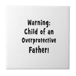 niño del texto sobreprotector del negro del padre azulejo cuadrado pequeño