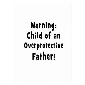niño del texto sobreprotector del negro del padre postal