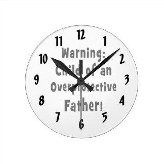 niño del texto sobreprotector del negro del padre reloj redondo mediano