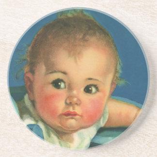 Niño del vintage, bebé lindo o chica en Highchair Posavasos Cerveza