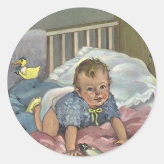 Niño del vintage, bebé lindo que juega en el pegatina redonda