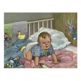 Niño del vintage, bebé lindo que juega en el postal