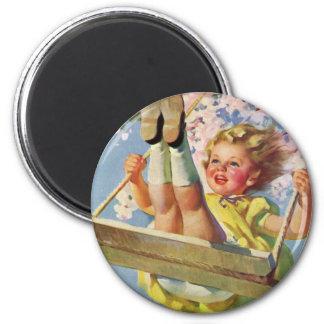 Niño del vintage, chica que balancea en un juego imán redondo 5 cm