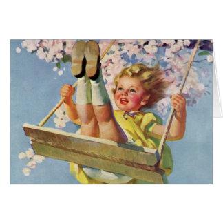 Niño del vintage, chica que balancea en un juego tarjeta de felicitación