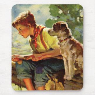 Niño del vintage, pesca del muchacho con su Mutt Mouse Pad